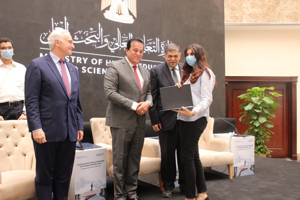 التعليم العالي: تخصيص ٣٠ منحة كاملة للمتفوقين من طلاب المدارس الحكومية و المتفوقين بالجامعة الأمريكية بالقاهرة