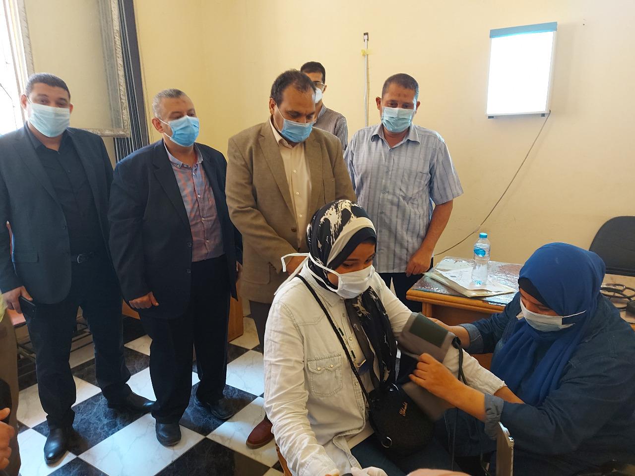 نائب رئيس جامعة بنها يتفقد إجراءات الكشف الطبي على الطلاب الجدد
