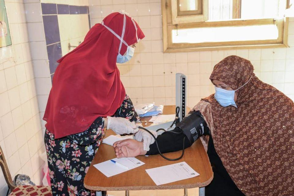 قافلة جامعة طنطا الطبية توقع الكشف على 610 من أهالى شبراقاص بالسنطة