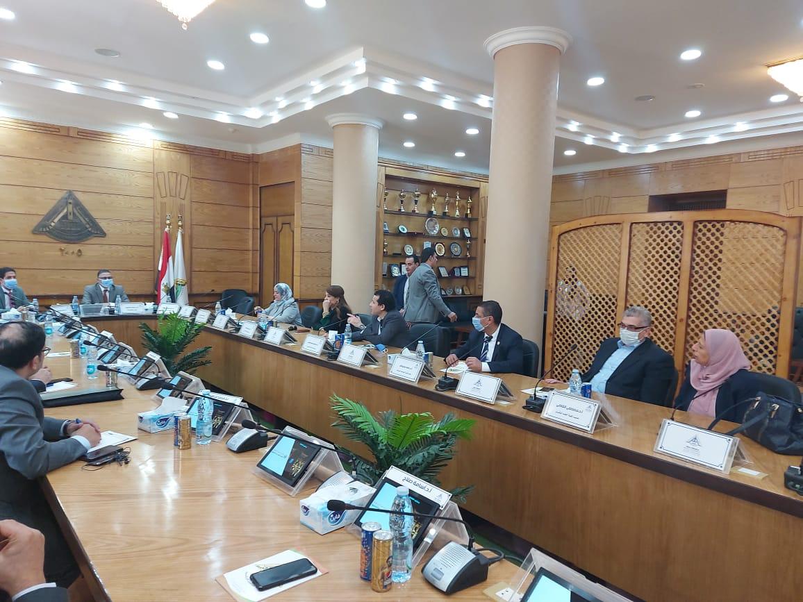 جامعة بنها: تشكيل لجنة للمتابعة الميدانية للإجراءات الاحترازية بالكليات