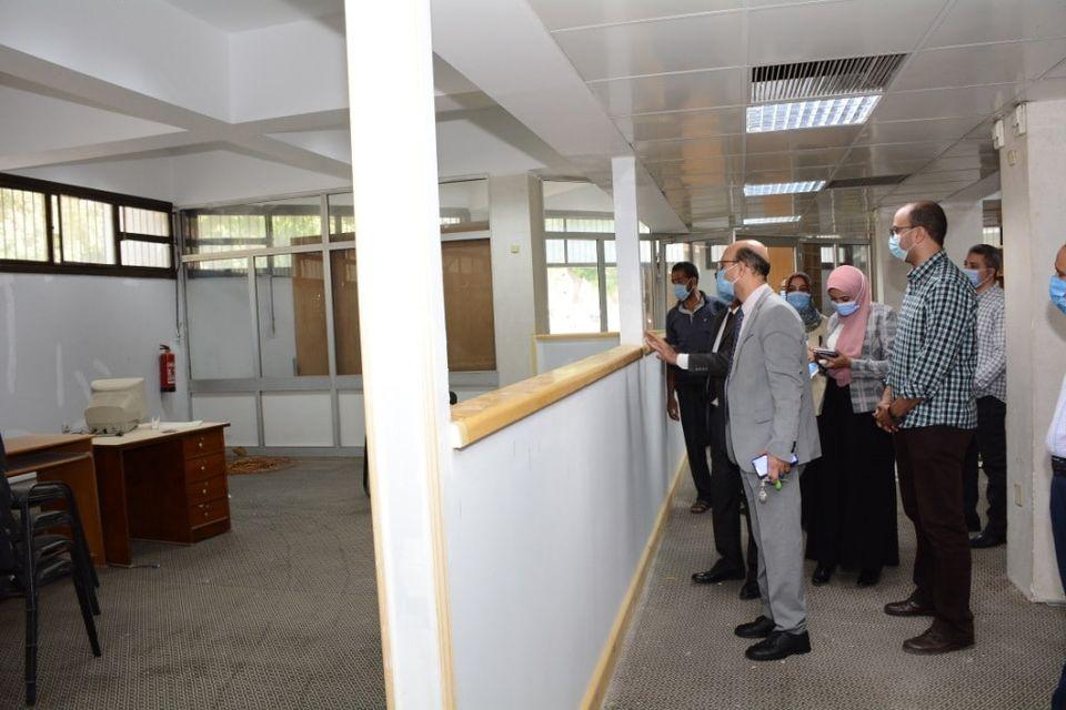 نائب رئيس جامعة أسيوط يباشر أعمال تجهيز مركز الخدمات العامة للرسائل الجامعية