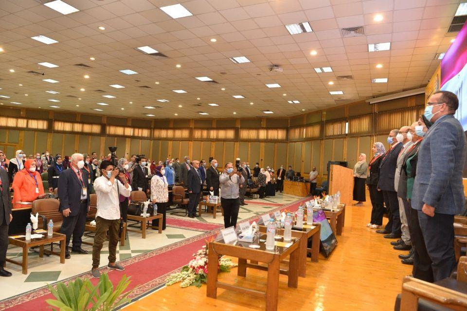 جامعة أسيوط تكرم أبطال الجيش الأبيض في مؤتمر طبي