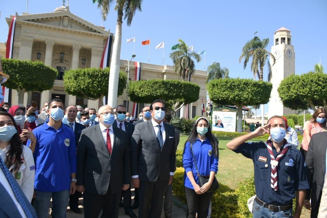 وزير التعليم العالي ورئيس جامعة القاهرة يشهدان تحية العلم بأول أيام العام الجامعي