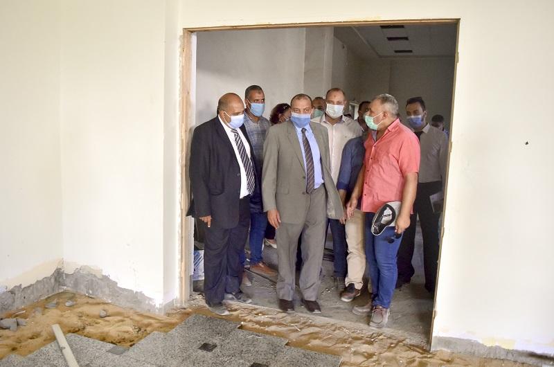 رئيس جامعة بني سويف يتفقد مبني القاعات والمدرجات ومبني الخدمات الطلابية