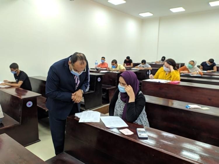 رئيس جامعة بنى سويف التكنولوجية يتفقد سير إختبارات القدرات لطلاب الشهادات الفنية الصناعية