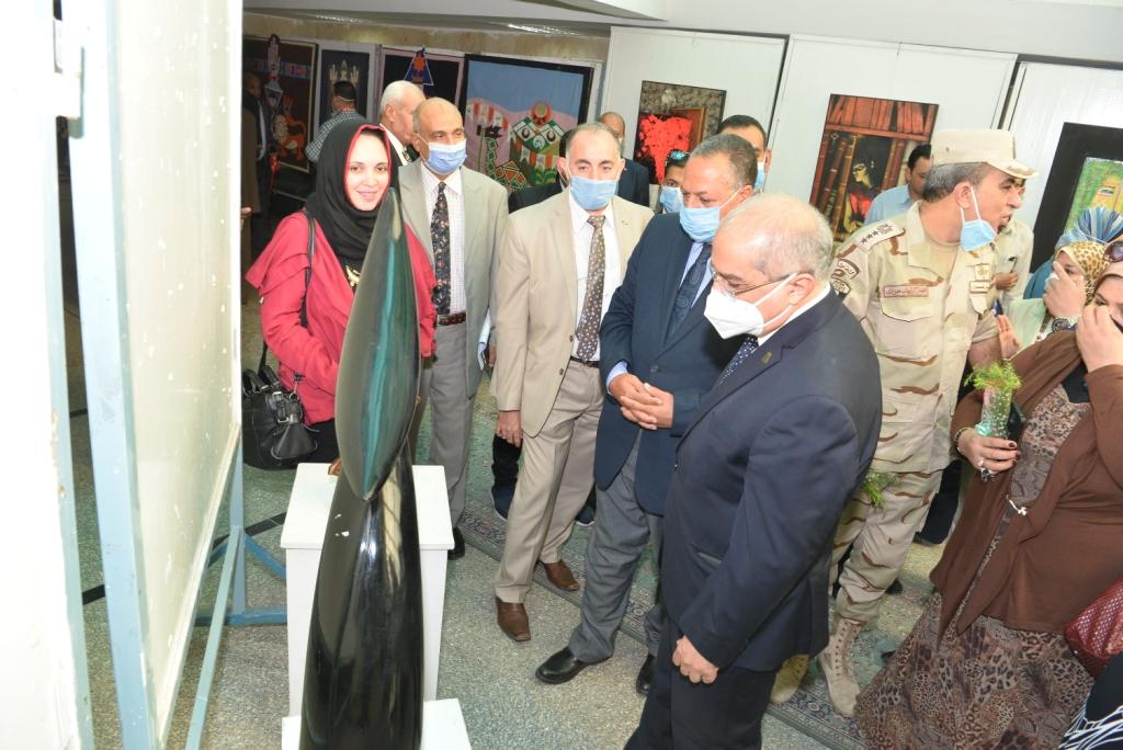 رئيس جامعة أسيوط يفتتح معرضًا بيئيًا وآخر فنيًا والمتحف الوثائقى بتاريخ الجامعة