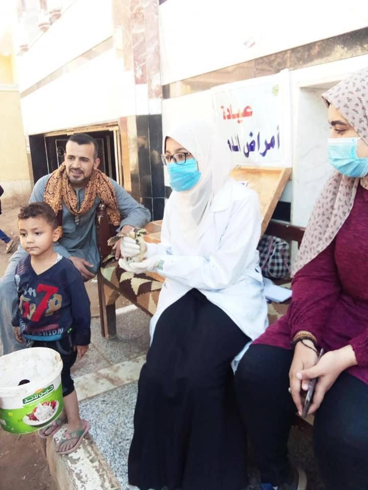قافلة جامعة سوهاج البيطرية تفحص وتعالج ٩٤٥ حالة بمركز المنشاة