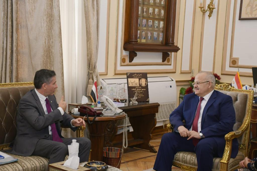 رئيس جامعة القاهرة ومدير مكتب الفرنكوفونية يبحثان تقدم منح للباحثين بالخارج