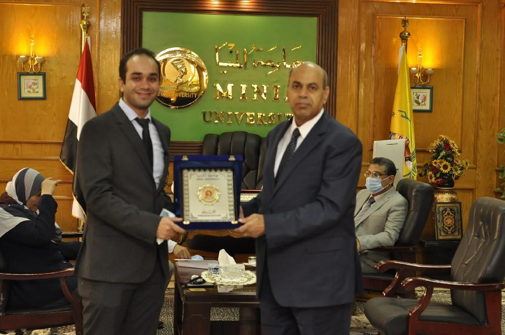 رئيس جامعة المنيا يُكرم المدرس الحاصل على جائزة «نيوتن مشرفه 2020» بكلية الصيدلة
