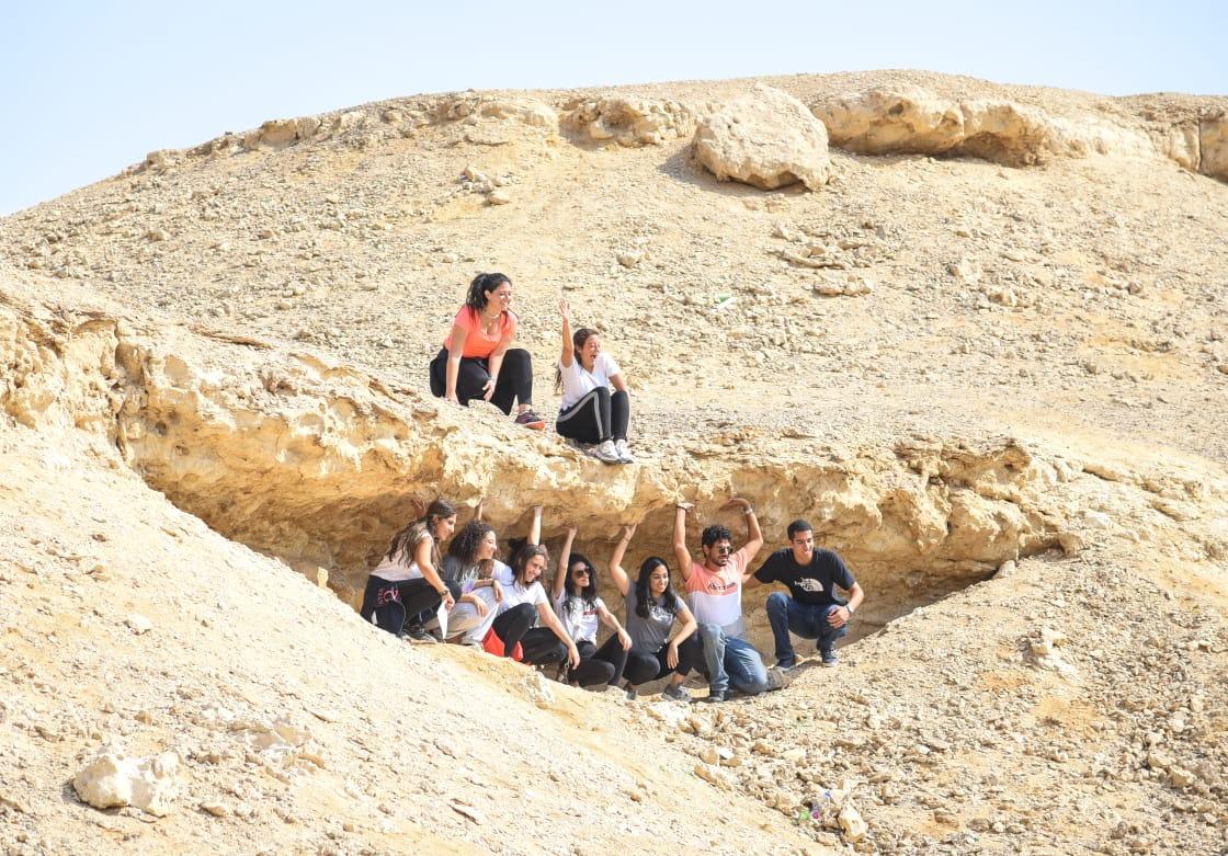 الشباب يستمتع بالبيئة الطبيعية