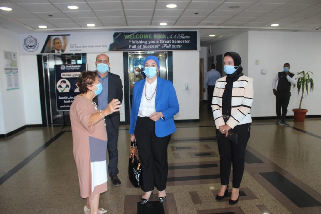 دكتورة دينا راشد مع اعضاء هيئة التدريس