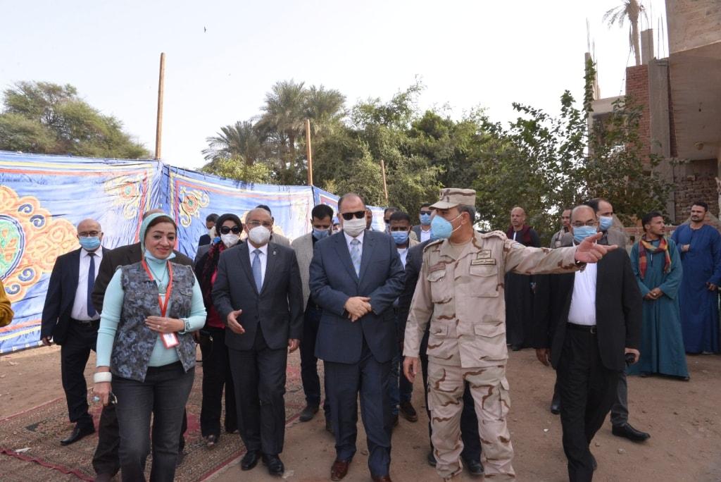 """رئيس جامعة أسيوط والمحافظ يتفدان وقائع القافلة التنموية الشاملة """"جسور الخير 10"""" بمنفلوط"""