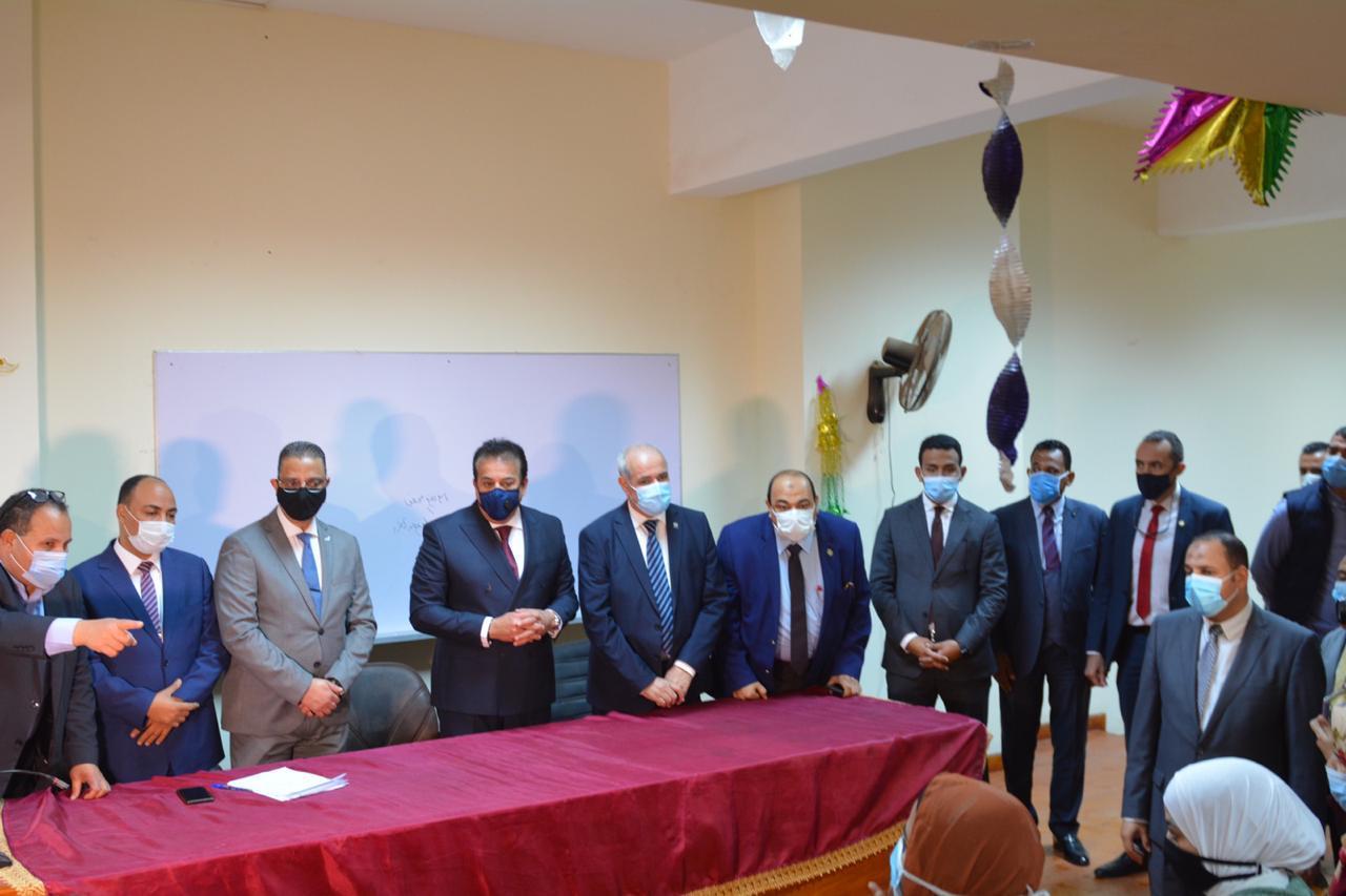 وزير التعليم العالي يفتتح المدرجات المركزية بجامعة الفيوم