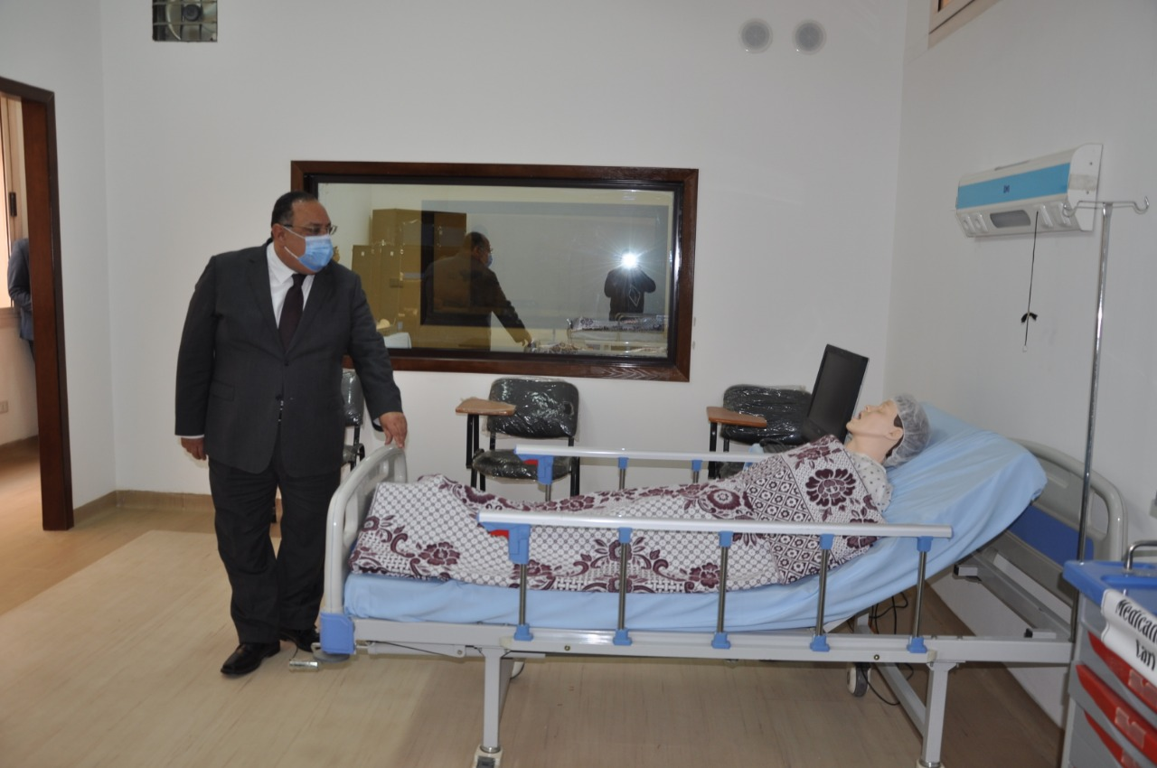 رئيس جامعة حلوان أثناء تفقده لغرف المرضى