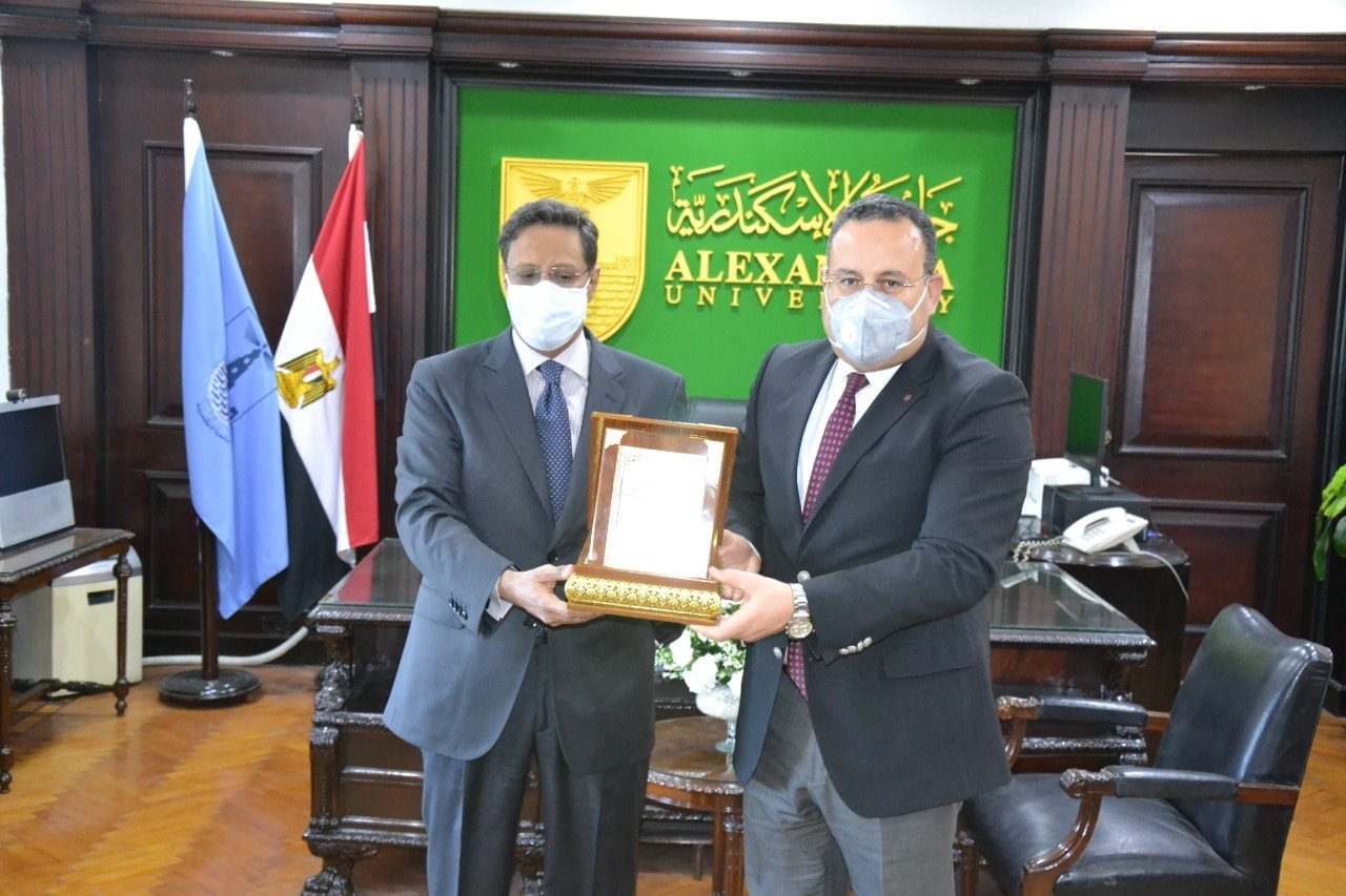 رئيس جامعة الإسكندرية يناقش زيادة المنح الدراسية مع سفير موريتانيا