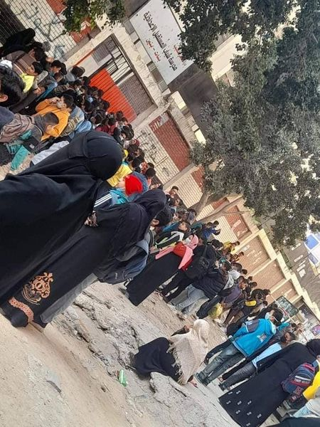 """امتحانات العملي """"زحام وبدون كمامات"""" وأولياء أمور مصر: الوضع ينذر بكارثة""""صور"""""""