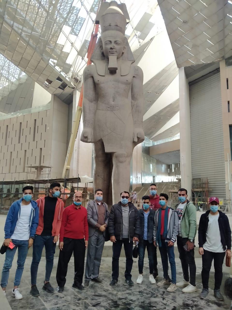جامعة الفيوم تنظم زيارة ميدانية للمتحف المصري الكبير ومنطقة أهرامات الجيزة