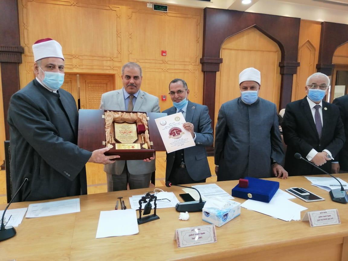 كلية الشريعة والقانون تهدي درع مؤتمرها الدولي لفضيلة الإمام الأكبر