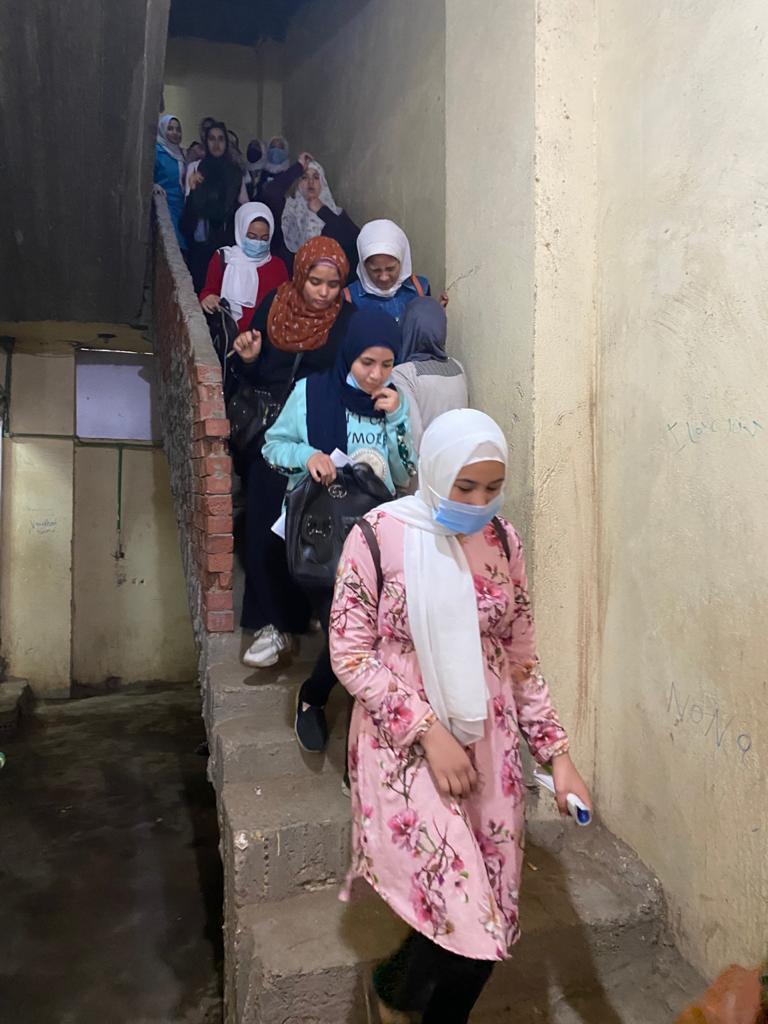 الطلاب يغادرون قاعات الدروس بع تشميعها بالشمع الاحمر