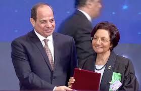 الدكتورة رجاء منصور اثناء تكريم الرئيس لها العام الماضى
