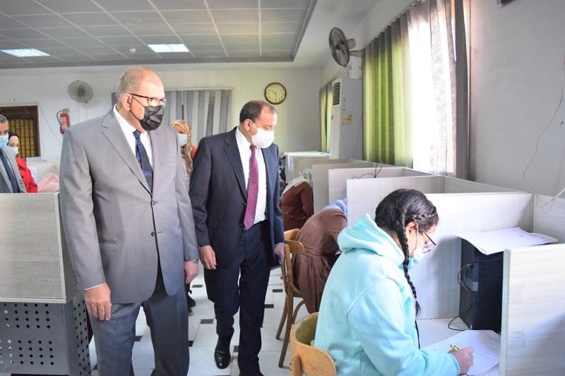 رئيس جامعة بني سويف يتفقد امتحانات طلبة البكالوريوس بكلية الطب