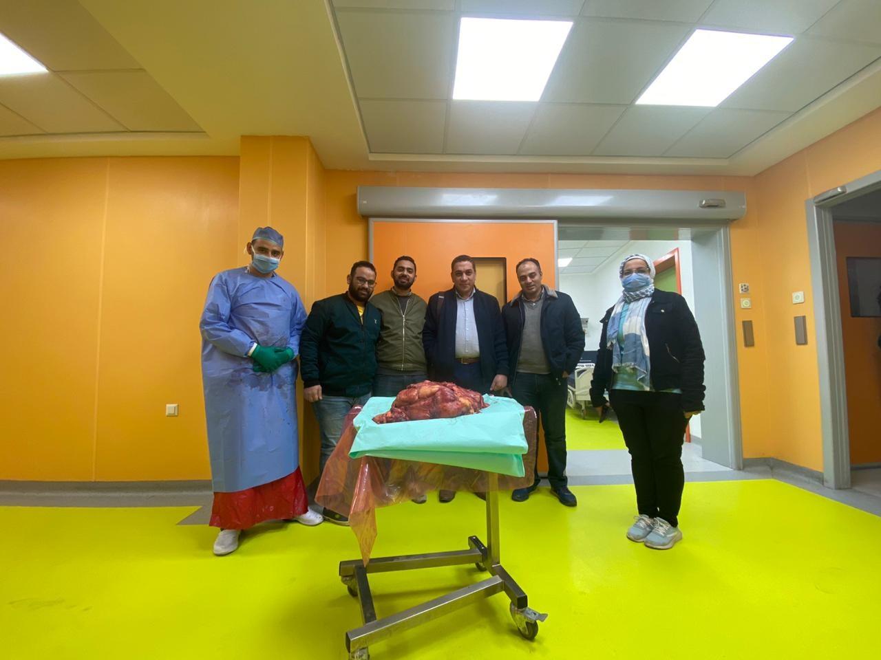 في 6 ساعات.. فريق طبي ينقذ حياة مريض باستئصال ورم خبيث وزنه 30 كجم