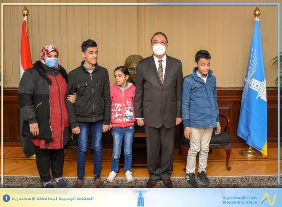 """محافظ الإسكندرية يكرم 3 أشقاء مكفوفين حافظين للقرآن الكريم """"صور"""""""