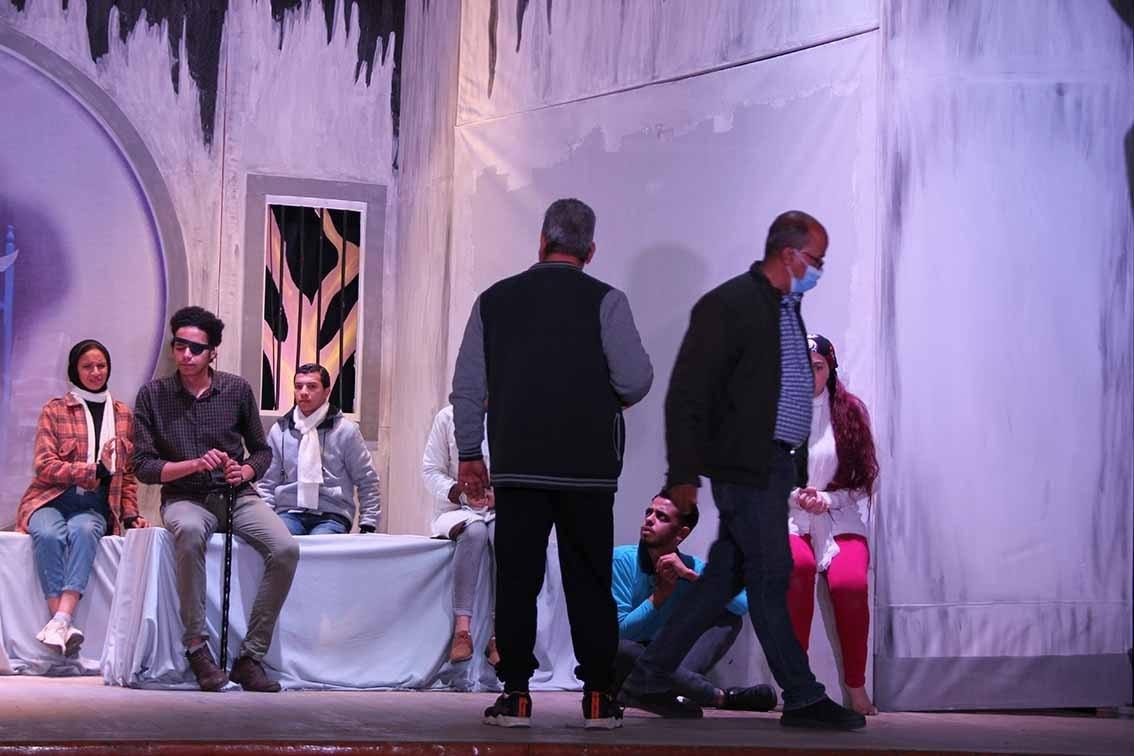 جامعة أسيوط تنافس في إبداع 9 بعرض فني لمسرحية «العَمى»
