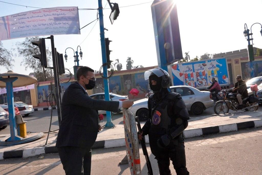 بمناسبة عيد الشرطة الـ69.. طلاب جامعة أسيوط يقدمون الورود لمدير الأمن وعدد من الجنود