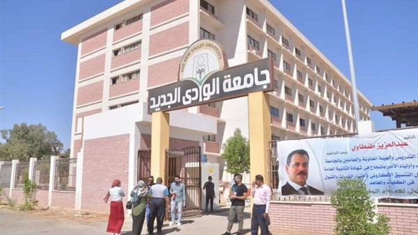 رئيس جامعة الوادي الجديد يتفقد الأعمال الإنشائية للمباني الجديدة بالكيلو 10
