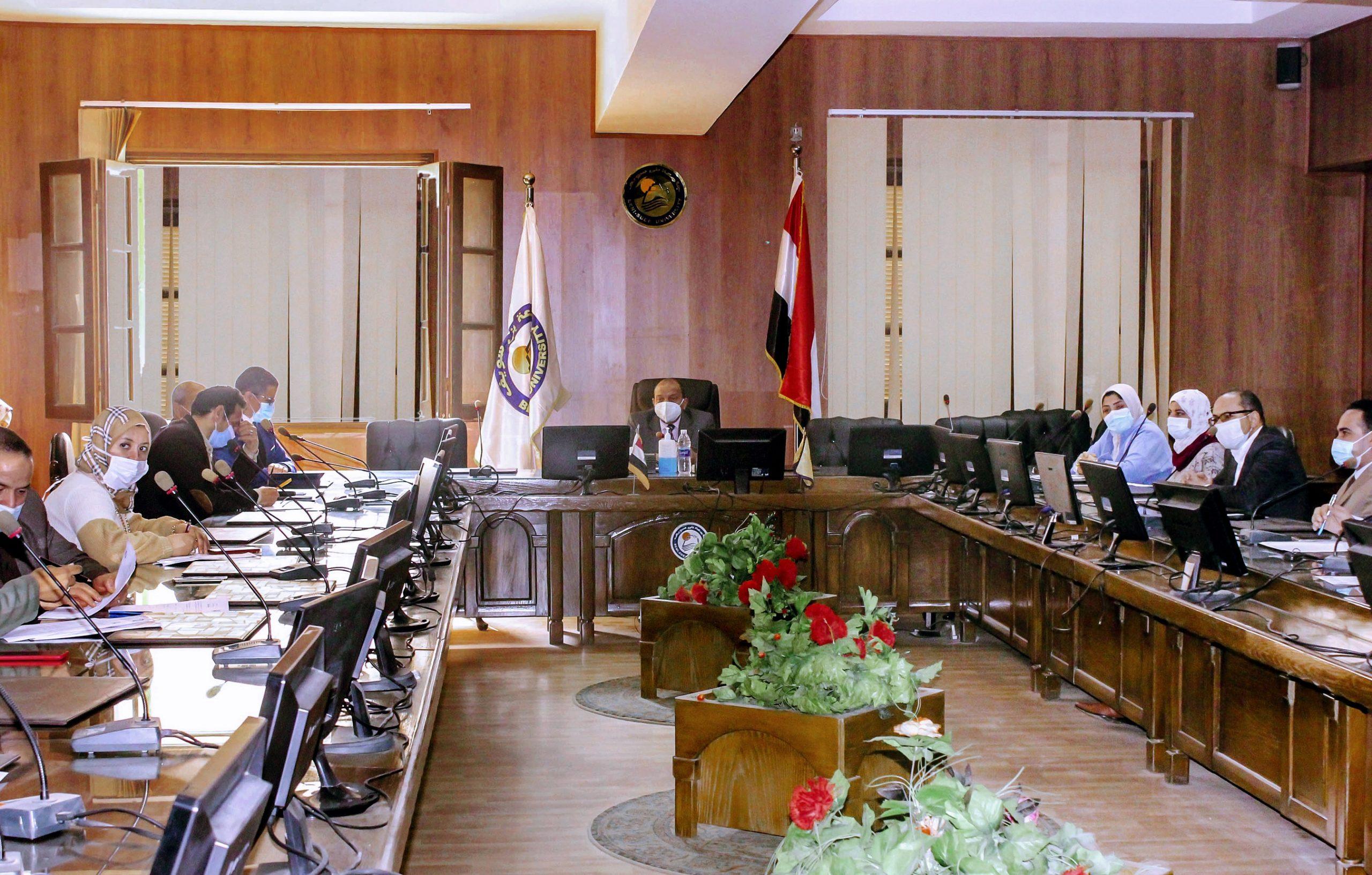 رئيس جامعة بني سويف يناقش ملفات الجودة لـ 6 كليات