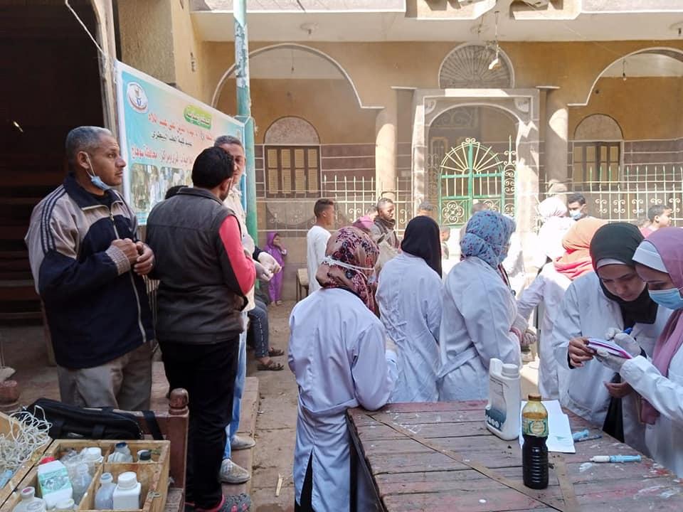 جامعة سوهاج تطلق قافلة بيطرية لقرية بني زار وتعالج ٤٤٠ حالة