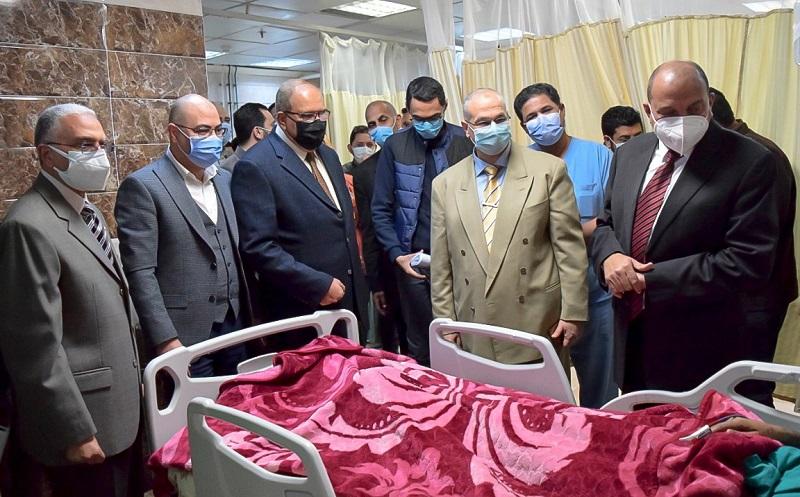 رئيس جامعة بني سويف يزور طالب بعد إصابته بطفح جلدي