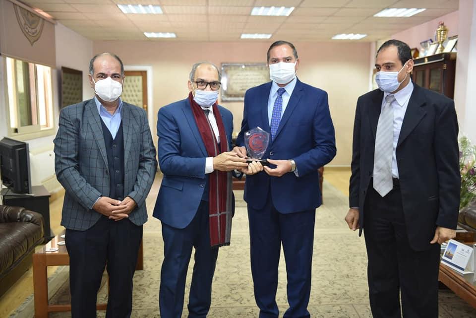 جامعة سوهاج تبحث التعاون مع نقابة العلاج الطبيعي لوضع لائحة الكلية