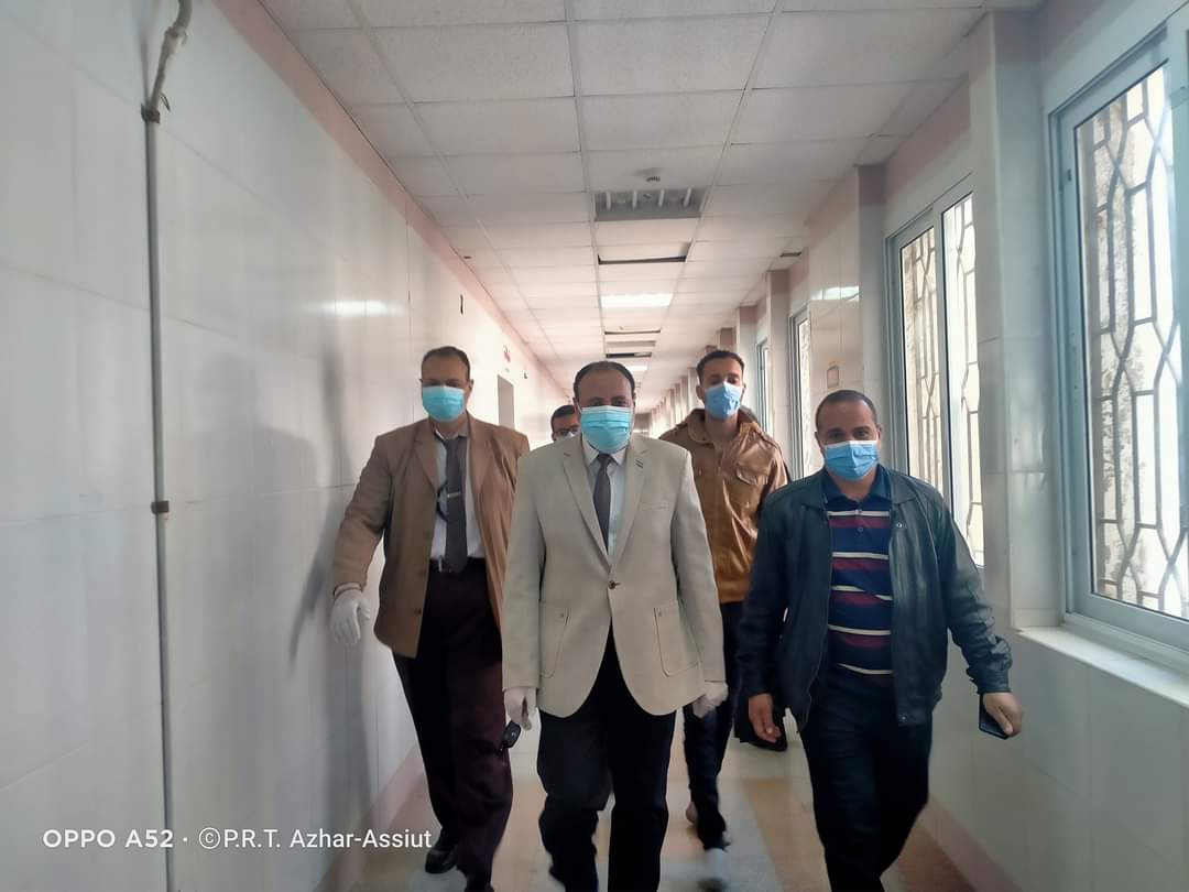 في زيارة مفاجئة ... نائب رئيس جامعة الأزهر يتفقد سير العمل بالعيادات الخارجية بالمستشفى الجامعي بأسيوط