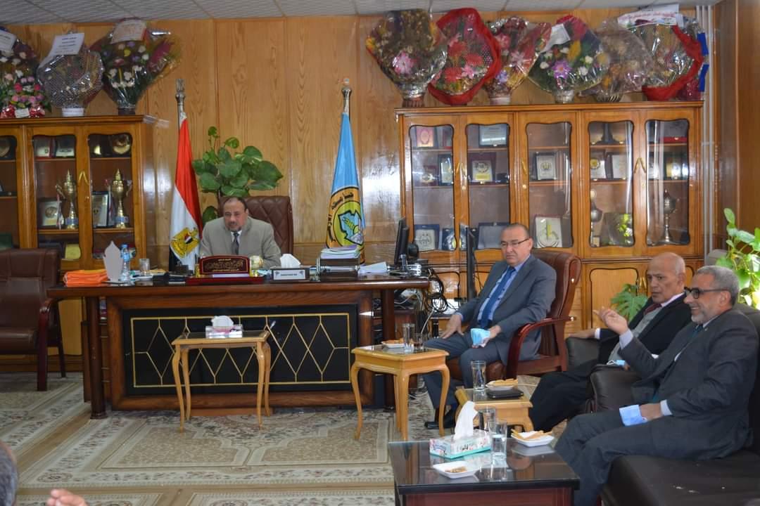 نائب رئيس جامعة الأزهر يبحث مع عمداء الكليات الاستعداد لامتحانات نصف العام
