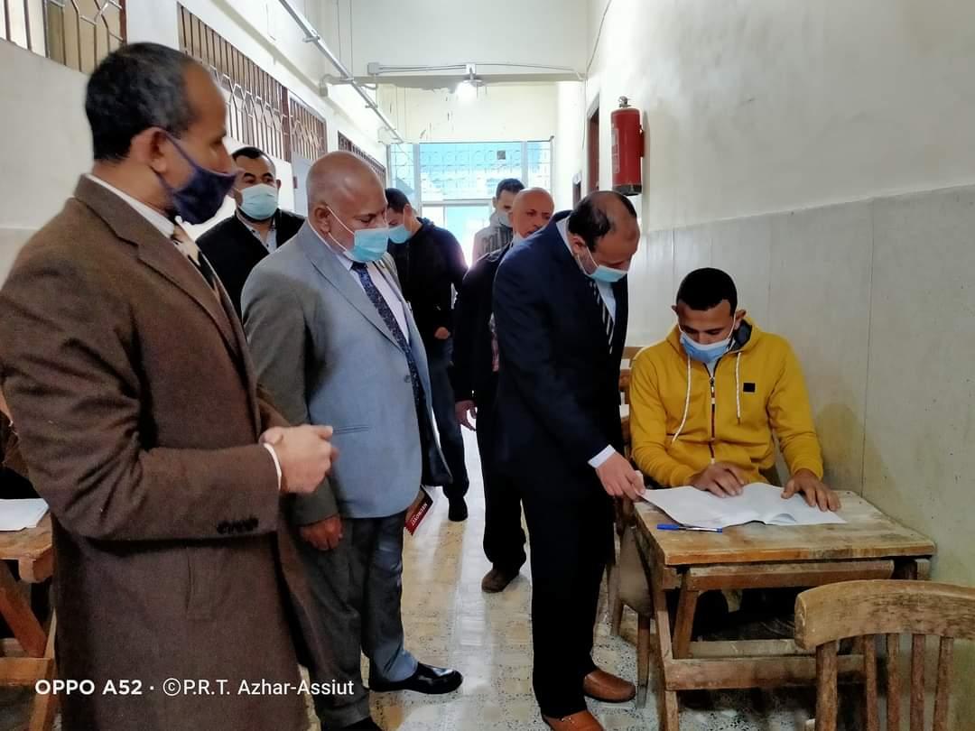 نائب رئيس جامعة الأزهر يتفقد سير أعمال الامتحانات بكلية اللغة العربية بأسيوط