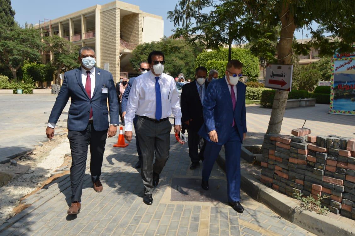 في أول يوم لاستئناف الدراسة.. وزير التعليم العالي يتفقد الامتحانات في جامعة عين شمس- صورة أرشيفية