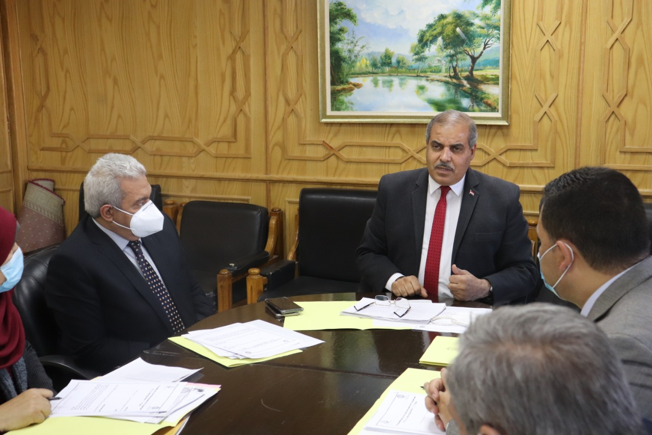 رئيس جامعة الأزهر يشيد بجهود لجنة خدمة المجتمع وتنمية البيئة
