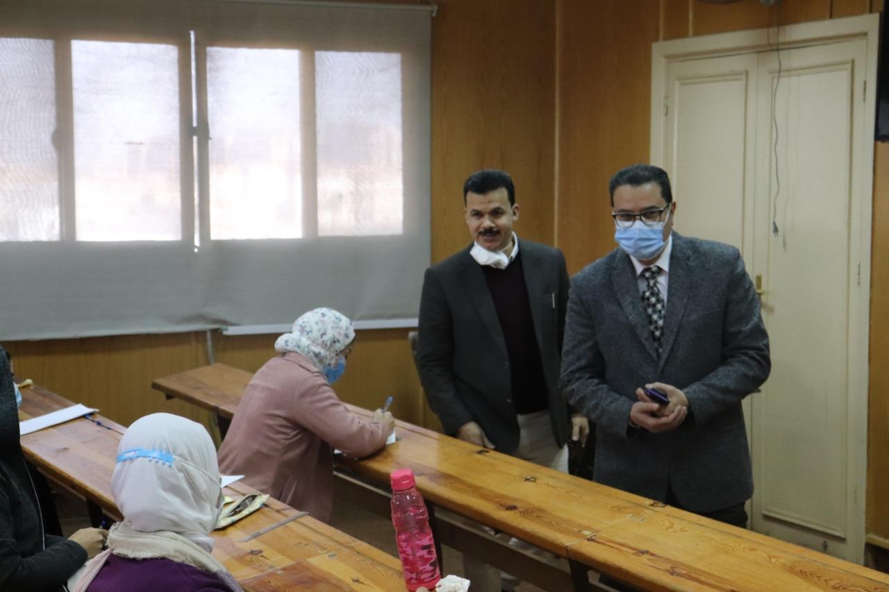 نائب رئيس جامعة الأزهر يتفقد امتحانات الفرقة السادسة بكليات الطب
