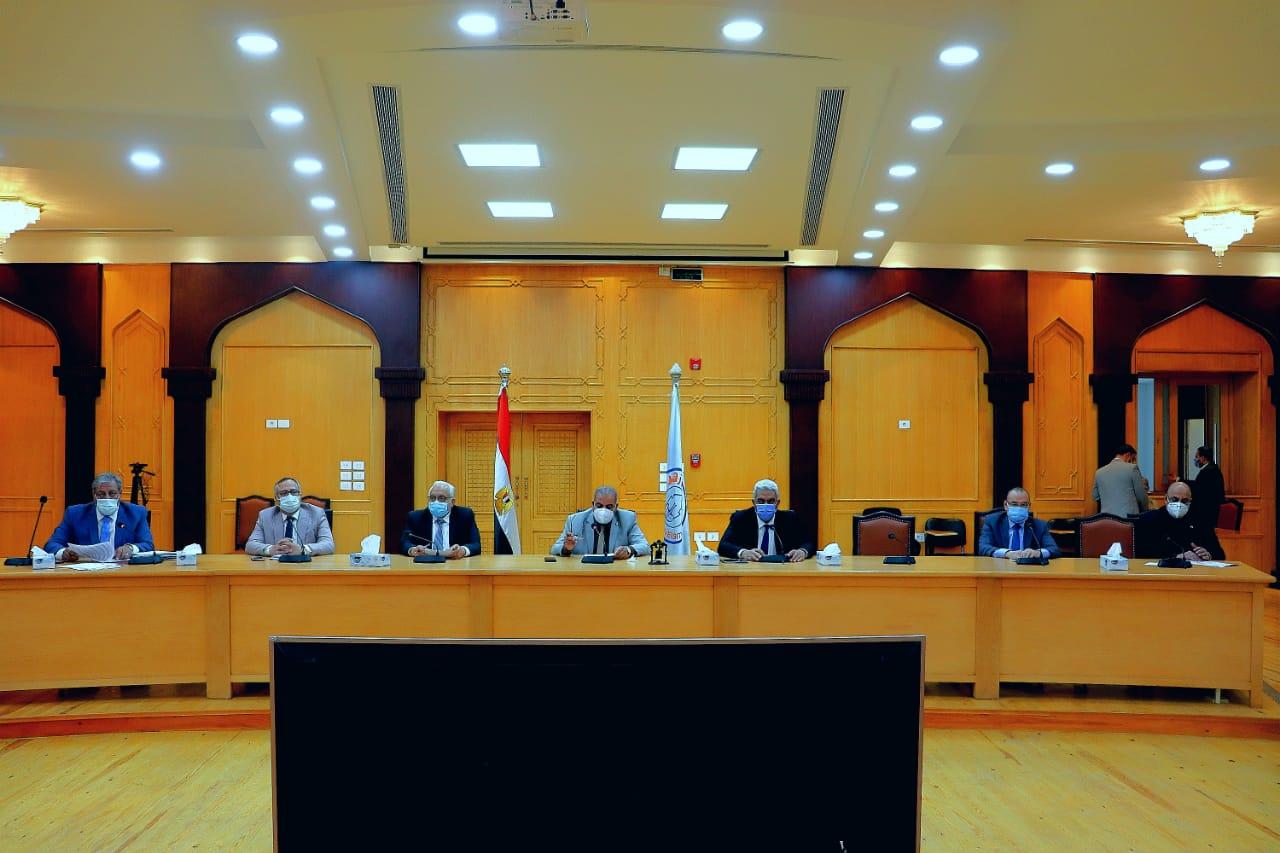 لجنة القطاع الطبي بجامعة الأزهر تتابع جهود قطاع المستشفيات تجاه جائحة كورونا