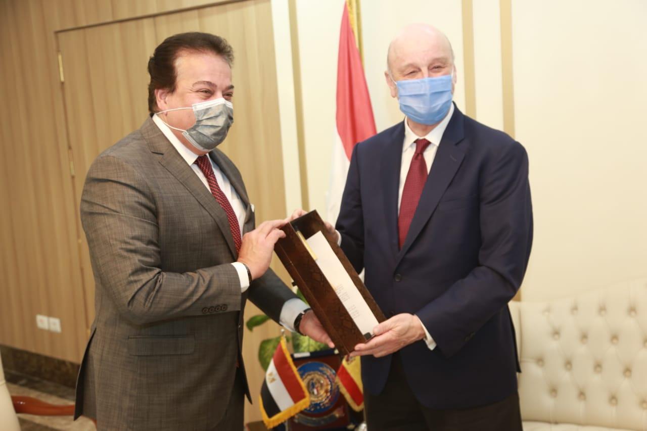 وزير التعليم العالي يستقبل السفير الإسباني لبحث إنشاء أفرع للجامعات الإسبانية في مصر