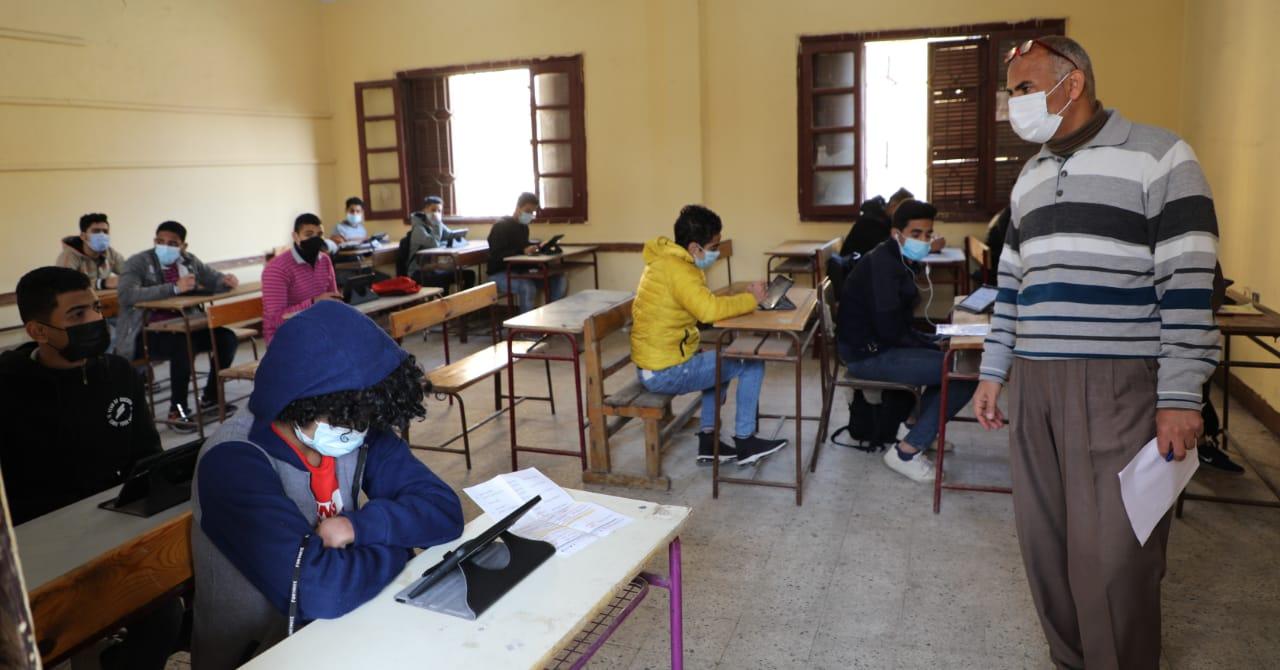 «التعليم»: 552 ألف طالب أدوا امتحاني اللغة العربية والأحياء إلكترونيا