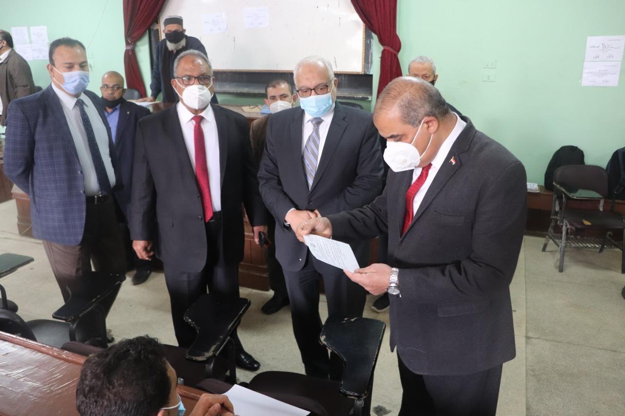 رئيس جامعة الأزهر يتفقد لجان امتحانات كليات الدَّراسة ويشيد بالالتزام بالإجراءات الاحترازية