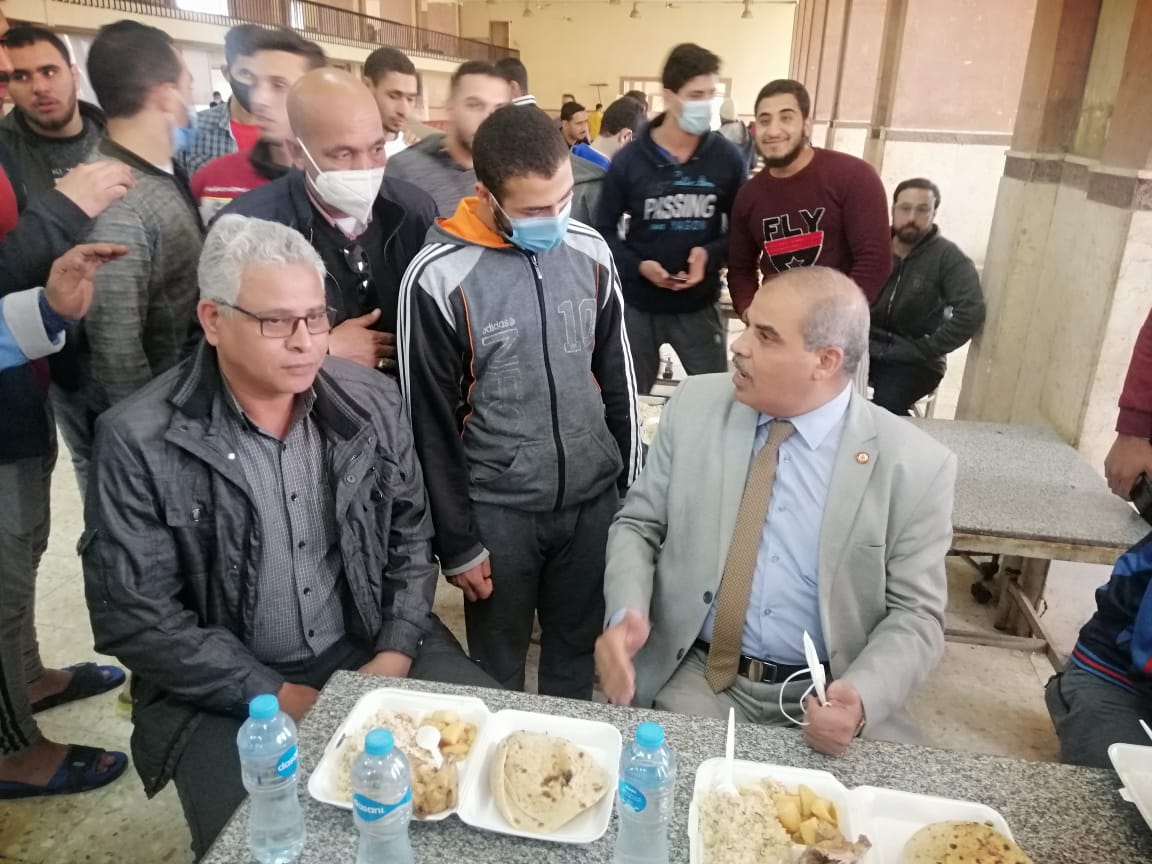 رئيس جامعة الأزهر يتناول الغداء وسط أبنائه طلاب المدينة الجامعية