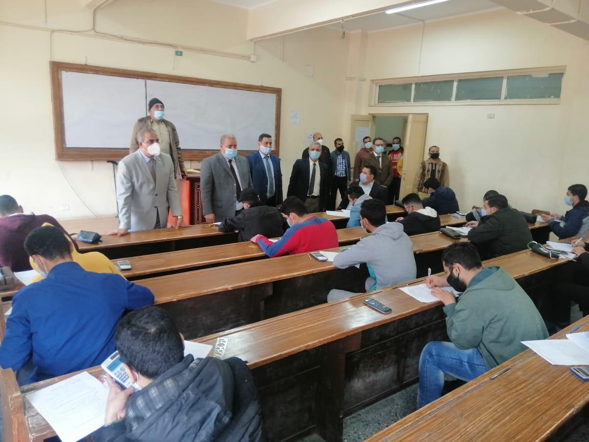 رئيس جامعة الأزهر يتفقد لجان امتحانات الفترة المسائية بكلية التجارة