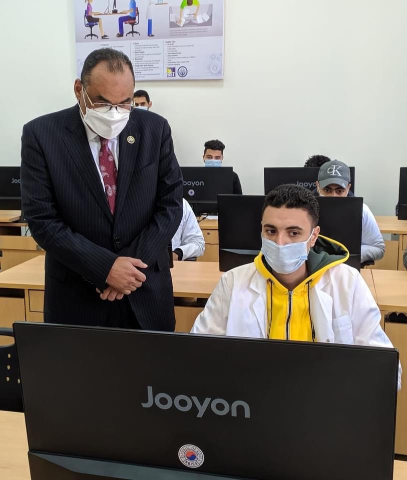 رئيس جامعة بني سويف التكنولوجية يتفقد سير امتحانات الفصل الدراسي الأول