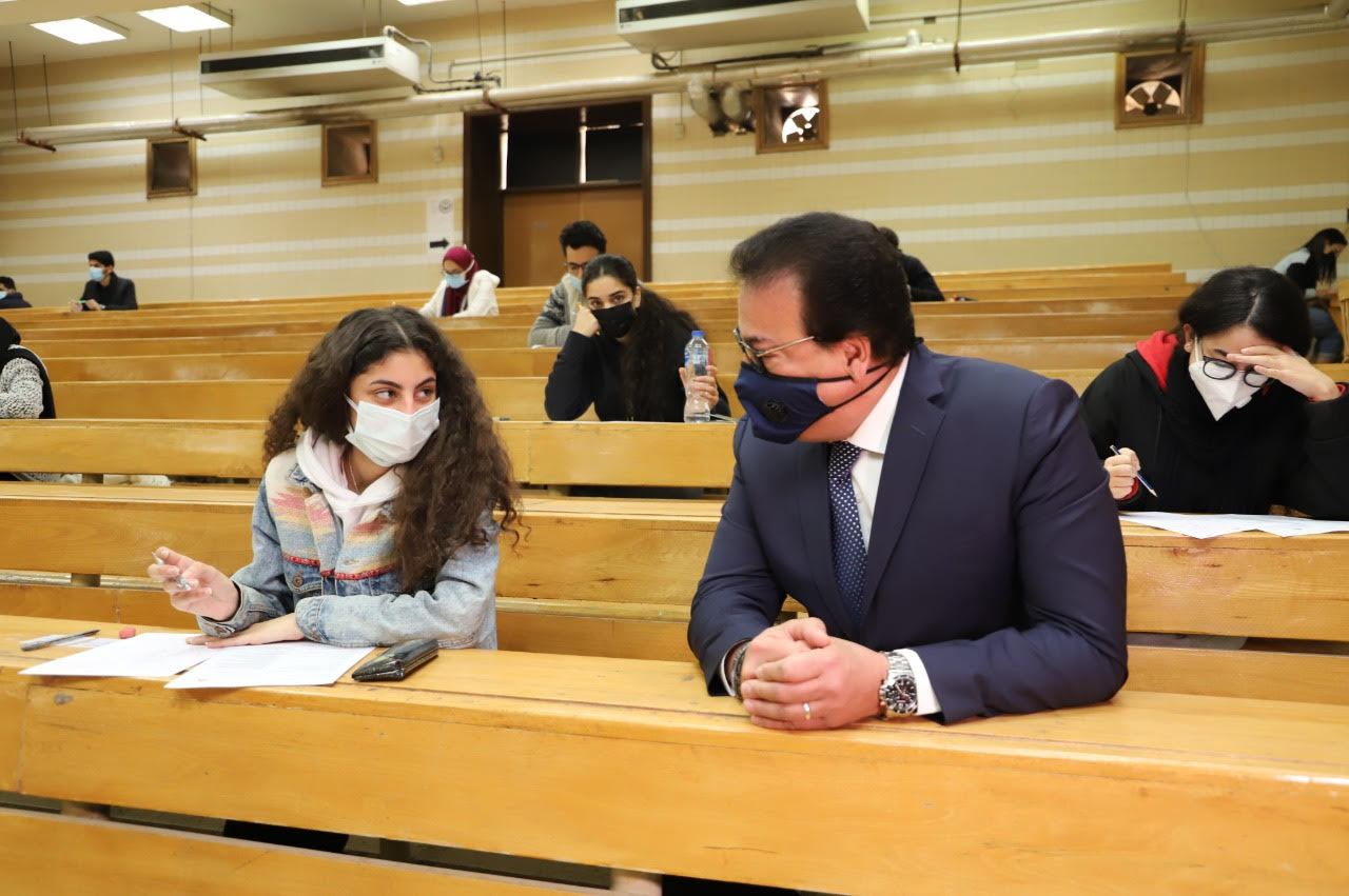 """وزير التعليم العالي يحاور طلاب """"أسنان عين شمس"""""""
