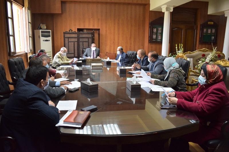 """رئيس جامعة بني سويف يترأس اجتماعي """"تطوير الأداء الجامعي"""" و""""لجنة المنشآت"""""""