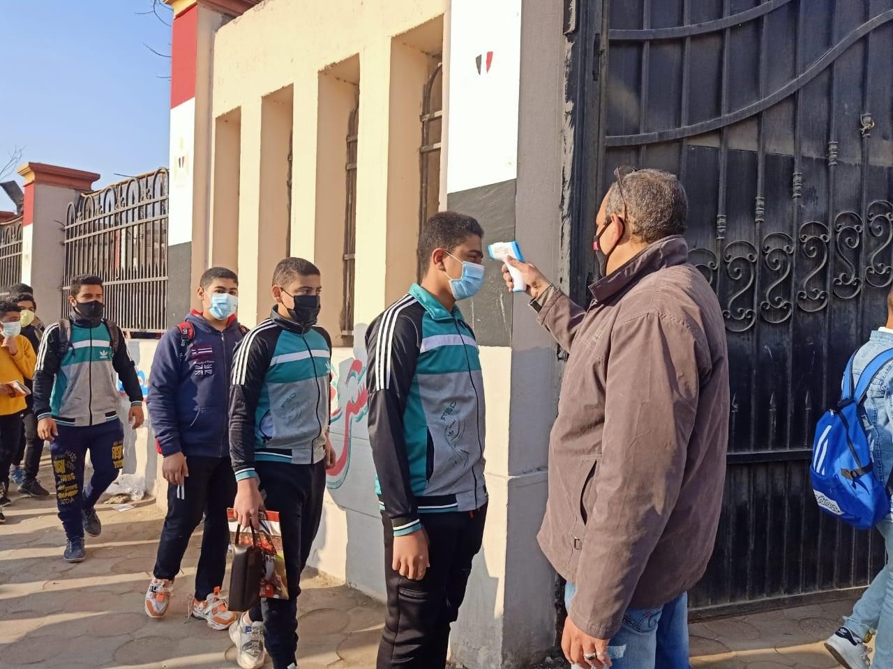 """تعليم الجيزة: 166 ألف طالب بالمرحلة الإعدادية أدوا الامتحان اليوم """"صور"""""""